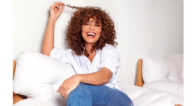 A atriz posou para a foto valorizando o volume dos cabelos cacheados