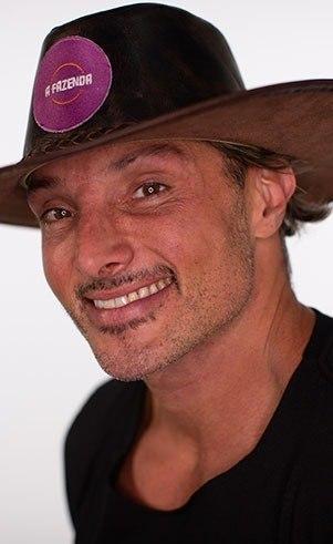 Juliano (Ceglia): Idade: 42 anosProfissão: Apresentador e jornalistaOnde nasceu: São Paulo - SPOnde mora: São Paulo - SP