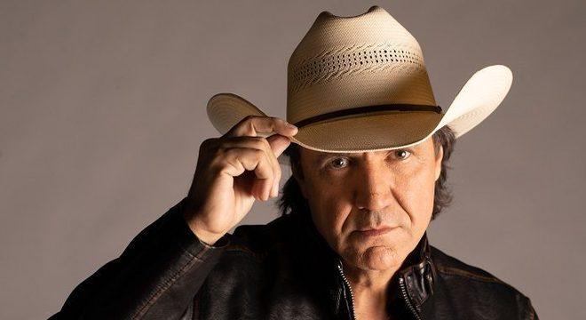 Vídeo: cantor Juliano Cezar passa mal em show e morre aos 58 anos
