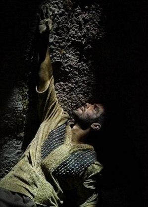 José é jogado dentro de uma cisterna