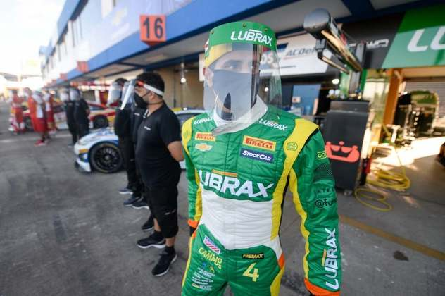Julio Campos protege-se com máscara e escudo nos boxes