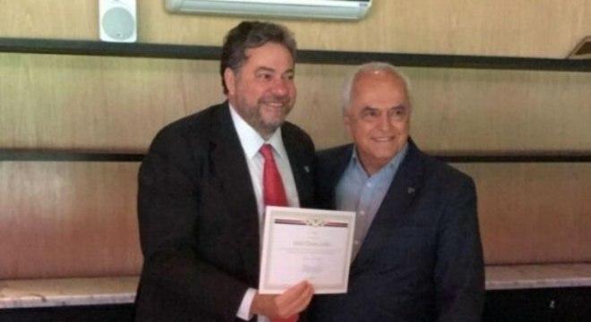 Julio Casares também quer distância do pior presidente da história