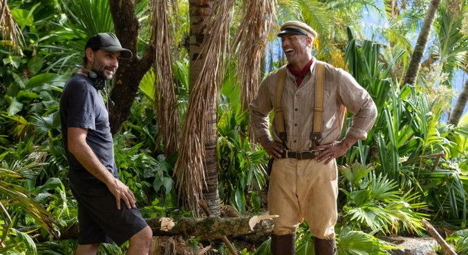 Dwayne Johnson nas gravações de 'Jungle Cruise' com o diretor Jaume Collet-Serra