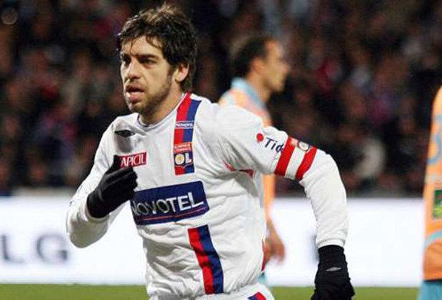 Juninho, por sinal, foi um dos maiores jogadores da história do Lyon. Ele ganhou 13 títulos pelo clube.