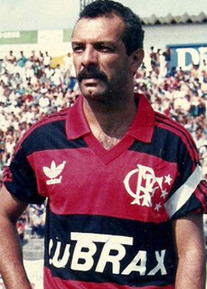 Junior conseguiu prorrogar sua carreira atuando como volante no Flamengo