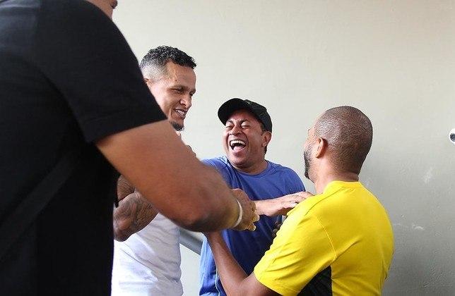 JÚNIOR - Aos 46 anos, o ex-lateral-esquerdo cuida de negócios fora do futebol. Aposentou-se em 2010 jogando pelo Goiás.