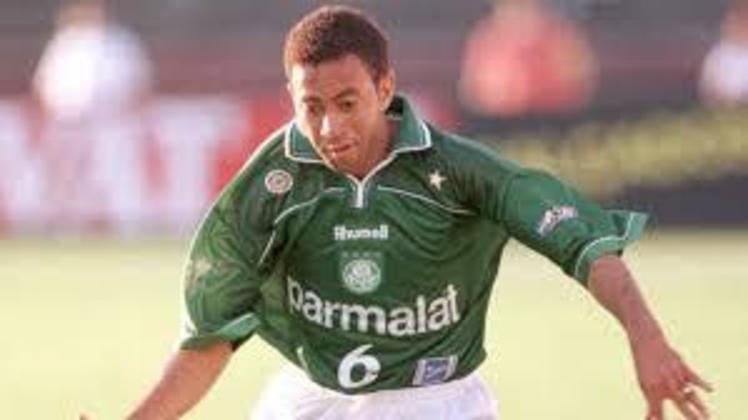 Júnior - Peça importante do elenco campeão da Libertadores de 1999, o lateral jogou 183 vezes pelo Verdão, marcando 11 gols.