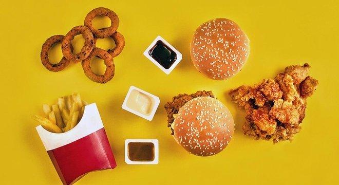 Alguns alimentos fritos, que contêm gorduras trans, podem aumentar os níveis de colesterol LDL A combinação HDL-LDL