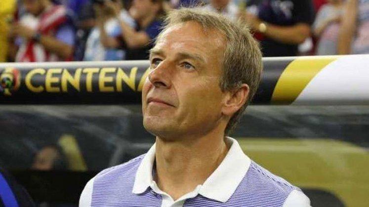 Jurgen Klinsmann (Alemanha) - 57 anos - Último clube: Hertha Berlim - Desempregado desde fevereiro de 2020 - Técnico da seleção da Alemanha na Copa do Mundo de 2004, posteriormente trabalhou no Bayern de Munique, Hertha Berlim e dirigiu a seleção dos Estados Unidos.