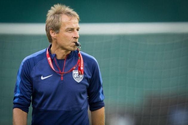 Jürgen Klinsmann – alemão – 56 anos – está sem treinar desde fevereiro de 2021, tendo como último clube o Hertha Berlim – principal feito como treinador: vencedor da Gold Cup (Estados Unidos).