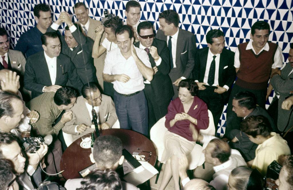 Juscelino torce pela Seleção em 1958, pelo rádio, antes da inauguração do hotel