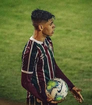 Justen - 18 anos - zagueiro/lateral - contrato com o Fluminense até 15/08/2023