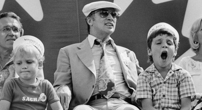 Justin Trudeau (à direita, bocejando) cresceu em uma família de políticos – seu pai, Pierre (ao centro) também foi primeiro-ministro