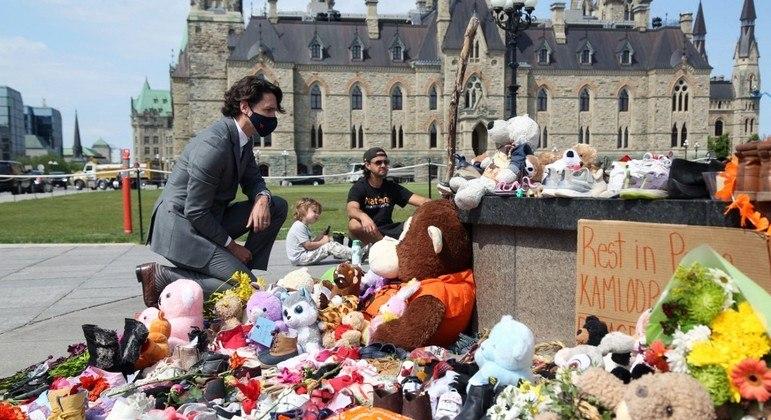 Trudeau visitou memorial que a população montou em homenagem às crianças mortas