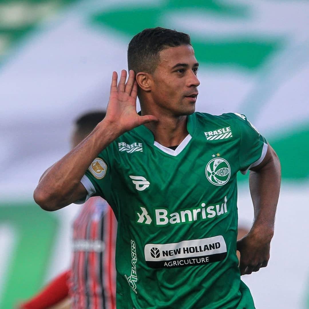 Veterano Ricardo Bueno comemora o gol de empate. Aos 47 minutos do segundo tempo