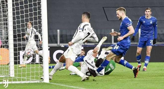 Detalhe do gol de Cristiano Ronaldo contra o Dynamo, 3 X 0