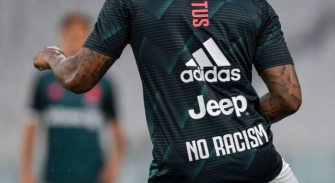 A Juve no aquecimento, um não ao racismo