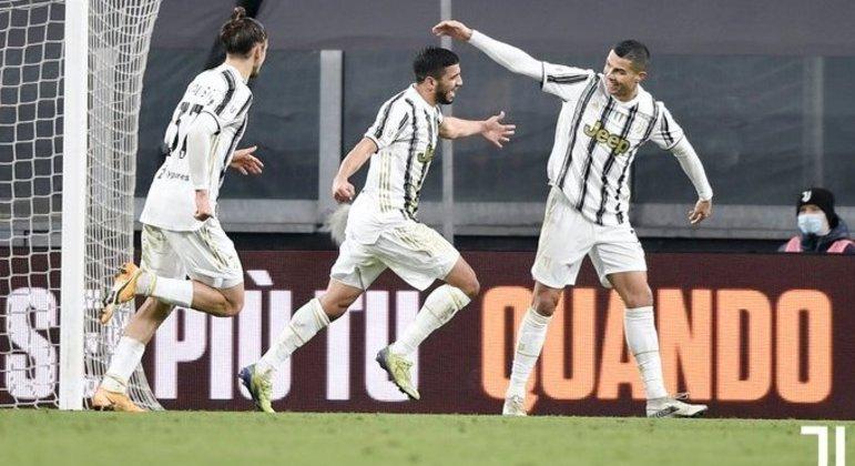 Hamzi, o estreante salvador, corre para o abraço de Cristiano Ronaldoi