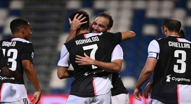 A celebração do gol de Higuaín, 2 X 0 aos 12'