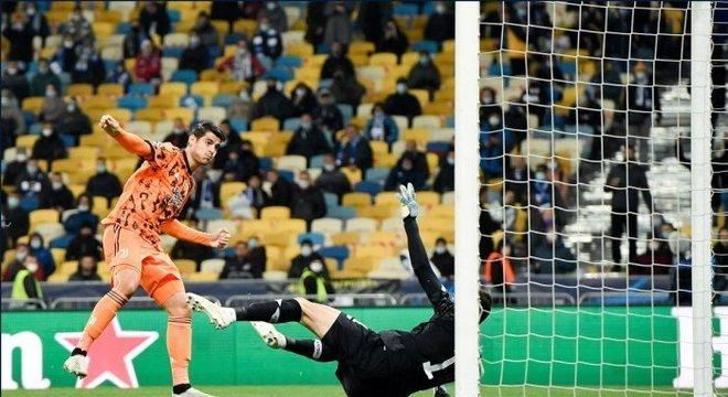 Detalhe do gol de Morata, Dynamo 0 X 1 Juventus, em Kiev, Ucrânia