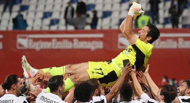 Decisão da Copa Itália, nos braços dos colegas de time