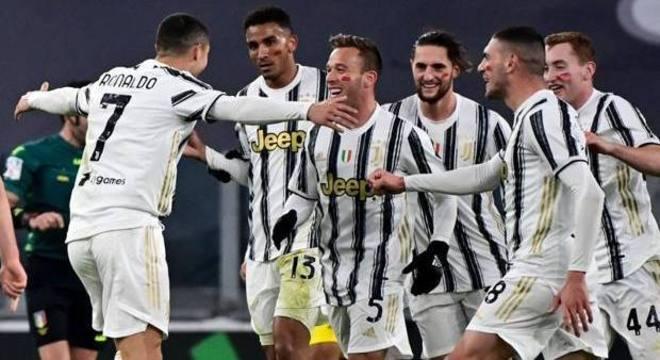 Cristiano Ronaldo e o abraço de quase todos os companheiros