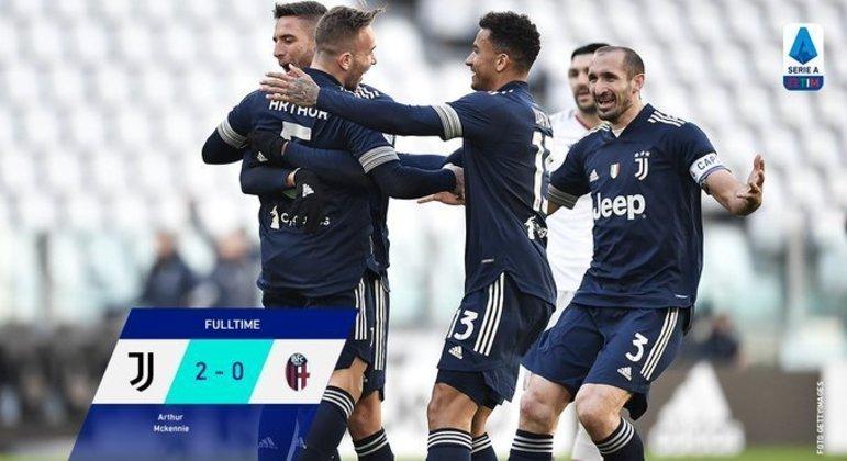 Toda de azul, a Juve festeja o primeiro gol de Arthur, no jogo e no campeonato