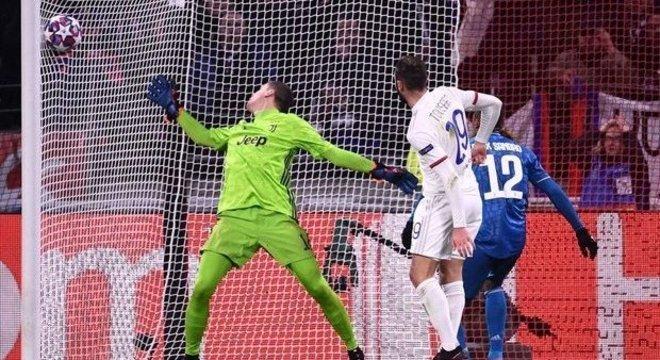 O gol do Lyon, na ida da Champions League