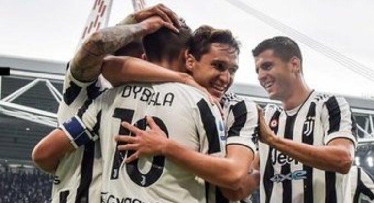 O abraço de Chiesa em Dybala, pelo gol do 1 X 0