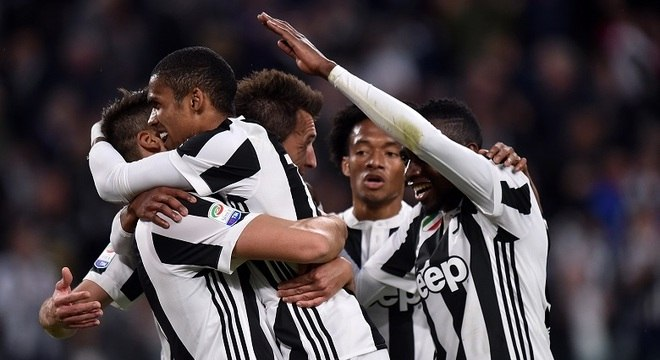 Douglas Costa deu três assistências no jogo e foi o destaque da vitória da Juventus