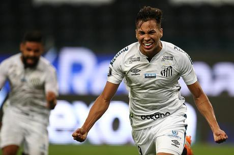 Kaio Jorge comemora gol do Santos