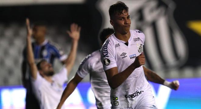 Kaio Jorge comemora um de seus gols na vitória do Santos