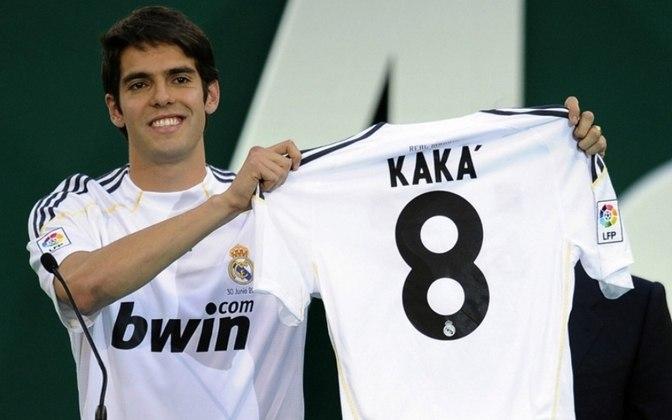 KAKÁ - Em 2009, Kaká deixou o Milan rumo ao Real Madrid por 67 milhões de euros. A transação abalou o mercado à época e manteve Kaká no topo desse ranking por um bom tempo. O valor hoje, traduzido em moedas brasileiras, seria algo em torno de R$ 403 milhões