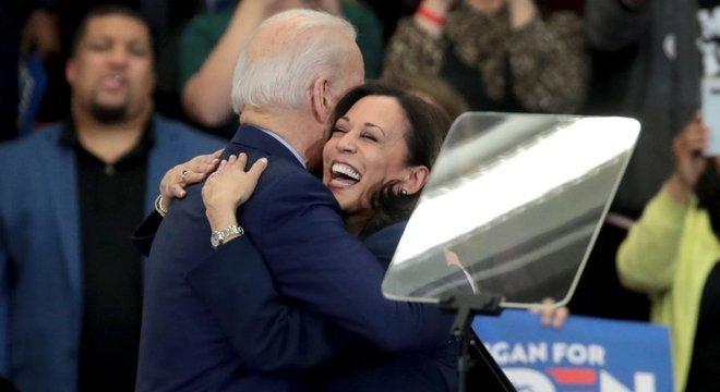 """Em março, Harris endossou Biden, afirmando que faria """"tudo em meu poder para ajudá-lo a se eleger o próximo presidente dos EUA"""""""