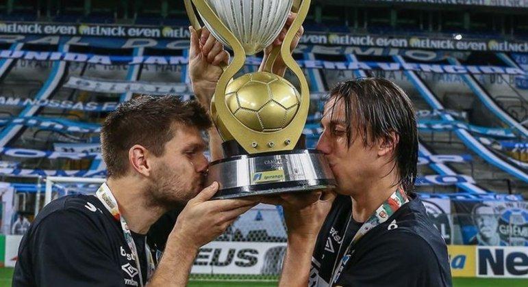Kanemann e Geromel. É difícil para a direção do Grêmio compreender que o time envelheceu