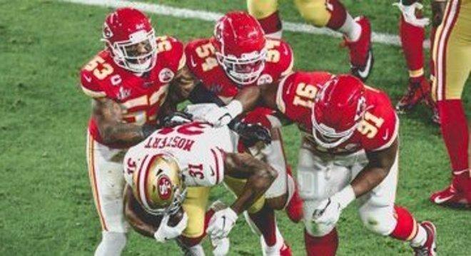 Mostert, incapaz de superar a defesa dos Chiefs