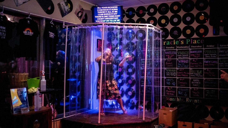 Box de chuveiro é usado para os clientes cantarem