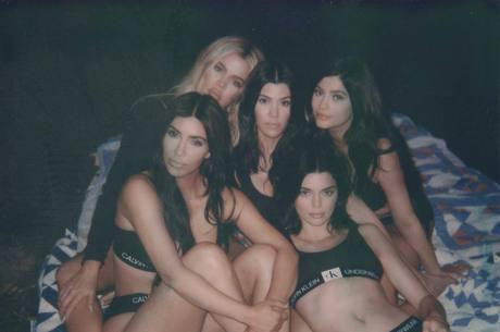 Irmãs Kardashian posaram de lingerie para campanha