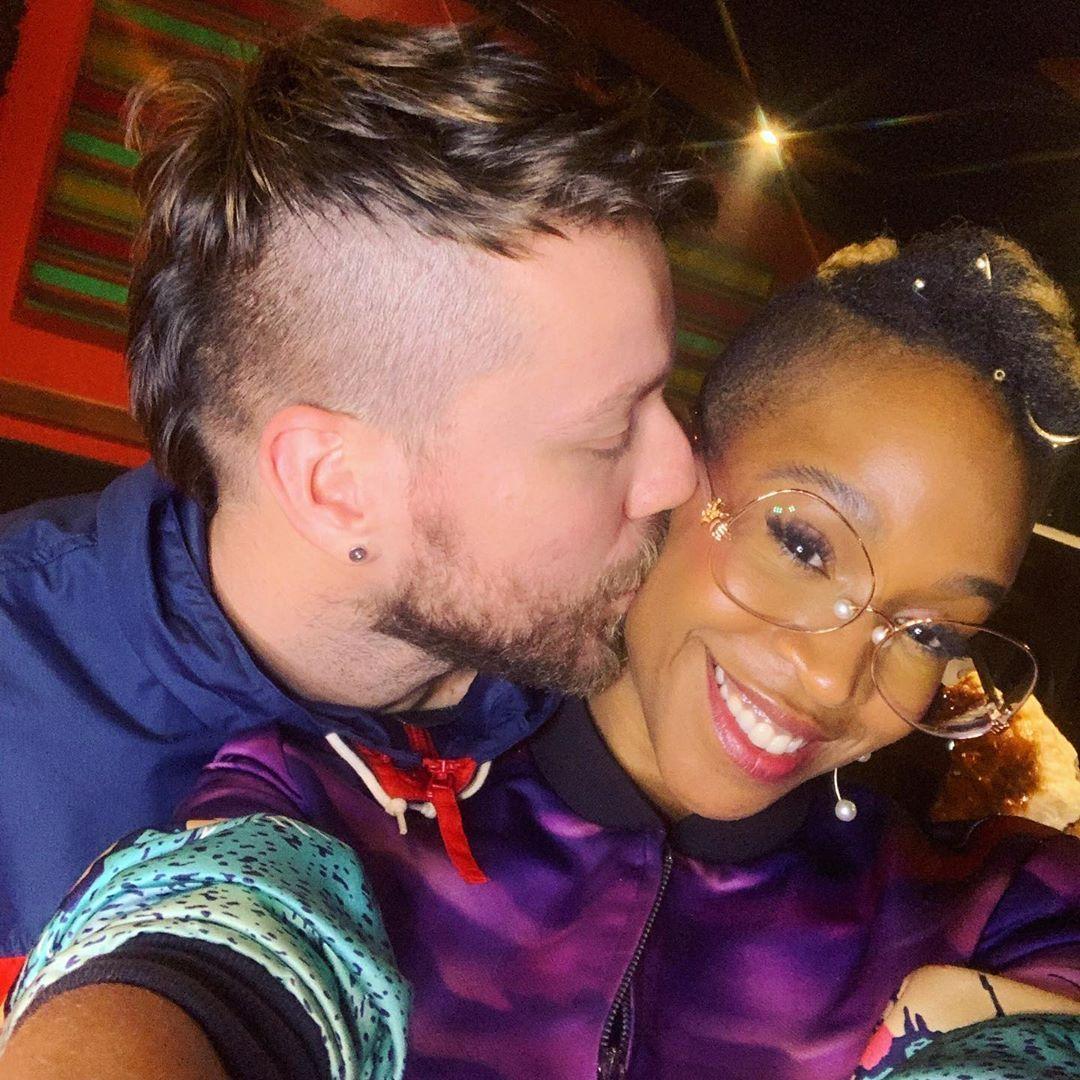 """Ao postar foto com o namorado, cantora foi chamada de """"palmiteira"""""""