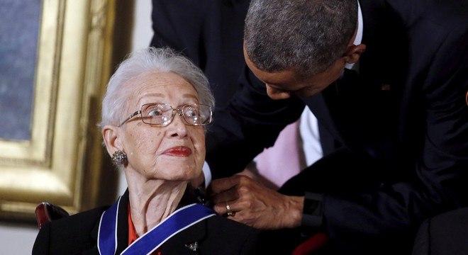Katherine recebendo a Medalha Presidencial da Liberdade do ex-presidente Barack Obama