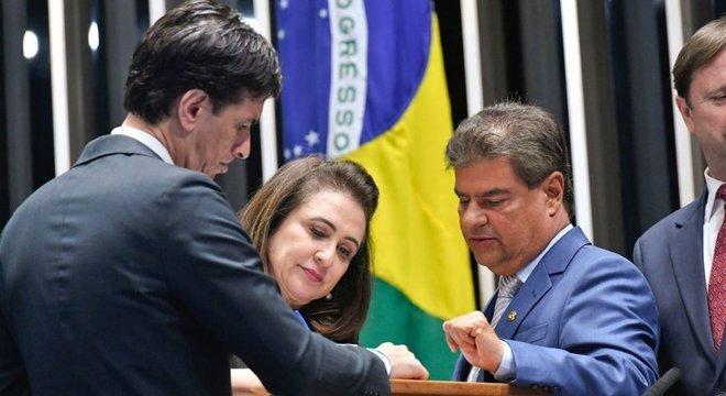 Kátia Abreu vota sob o olhar de Nelsinho Trad (PTB-MS, dir.)
