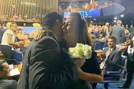 Depois de roubar pasta, Kátia Abreu leva flores a Davi Alcolumbre