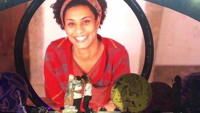 Katy Perry se apresentou no Rio de Janeiro na noite de domingo (18) e fez uma homenagem à vereadora Marielle Franco, assassinada no centro da capital fluminense na semana passada. No telão, uma foto da política do PSOL foi projetada em uma momento de comoção. Katy também recebeu a filha e a irmã de Marielle no palco e pediu um minuto de silêncio pro público
