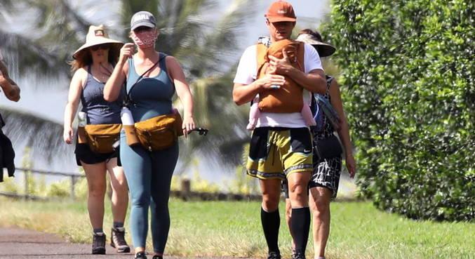 No Havaí, Katy Perry e Orlando Bloom passearam com a filha Daisy Dove