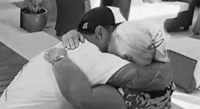 Cantor publicou foto em que aparece abraçando a avó