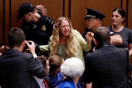 Manifestante é retirada de área do Senado