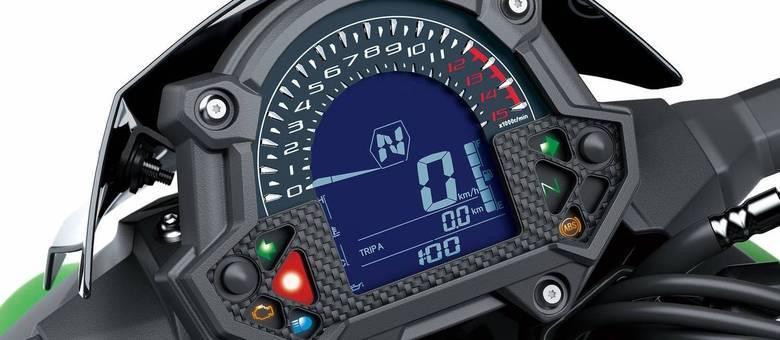 Painel da Z400 que tem conta-giros digital que imita mostrador analógico