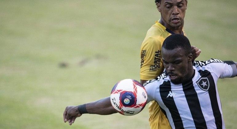 Jogo entre Botafogo e Madureira foi bastante disputado do início ao fim