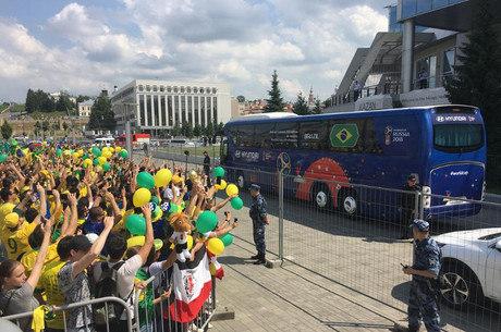 Torcida na chegada da seleção em Kazan