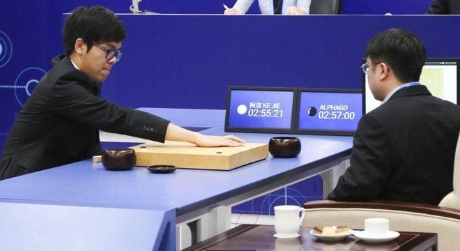 Aos 19 anos, Ke Jie, o melhor jogador humano do mundo, tenta vencer o programa AlphaGo de inteligência artificial